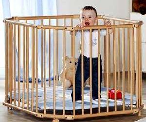 Laufstall: Sollen kleine Kinder hinter Gitter?