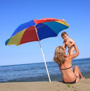 Ein Schirm zum Schattenspenden darf am Strand nicht fehlen