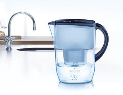 Den Tisch-Wasserfilter Marella Cool von BRITA mit 12 Filtereinsätzen bestellen