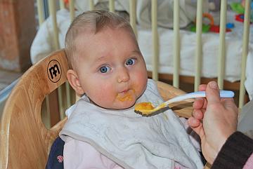 Baby beim Brei-Füttern