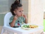Ordentlich essen am Tisch – Tipps zum Üben mit Babys und Kindern