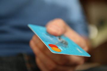 Während Kreditkarten für Minderjährige ein Tabu sind, lässt sich die EC-Karte (Debit Karte) auch schon nutzen, bevor man volljährig ist. So lässt sich das bargeldlose Zahlen lernen und der Umgang mit Geld wird in der Realität geübt.