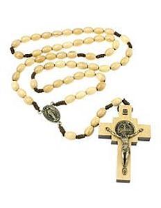 Eine Rosenkranz-Kette aus Holz mit dem Heiligen Benedikt aufen