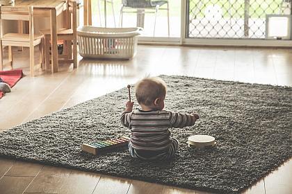 Bereits Babys erzeugen gern Klänge und Töne