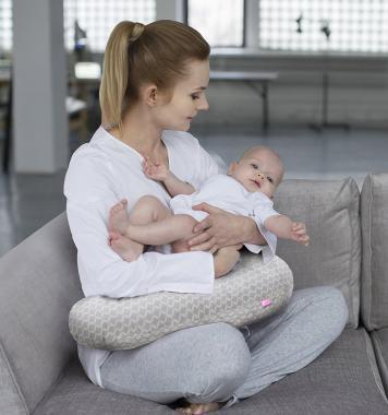 Das Motherhood Stillkissen inkl. abnehmbarem Bezug bestellen